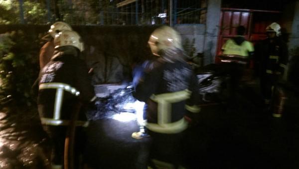 縱火嫌犯李國輝釀成中和惡火,造成9死2傷悲劇,圖為他6月21日縱火後,消防員到場滅火。(記者吳仁捷翻攝)