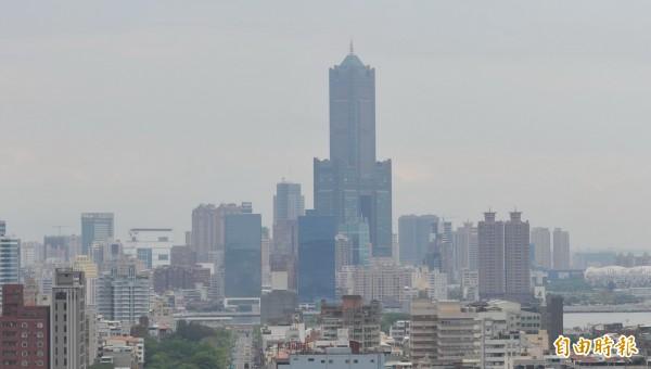 高雄昔日地標「八五大樓」法拍超過半年,即便底價打64折,仍乏人問津,預計月底進行四拍。(資料照,記者黃志源攝)
