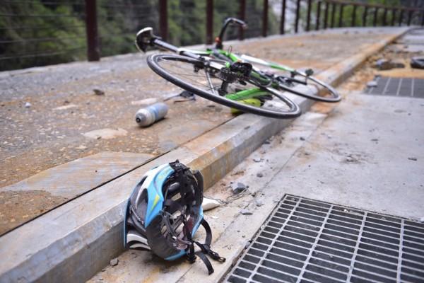 圖為35歲日籍單車騎士白井寬之當時所騎乘的單車及佩戴的安全帽。(資料照,記者王峻祺翻攝)