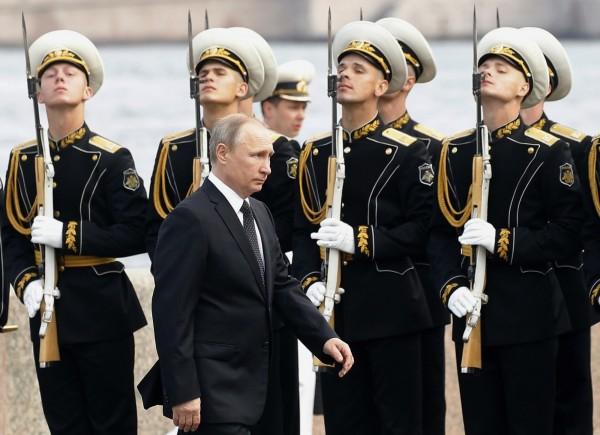 俄國總統普廷今(30)日前往聖彼得堡參與俄國海軍節慶祝活動並視導閱艦式,藉此展示俄海軍實力。(美聯社)