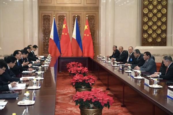 菲中雙預計在明日舉行第2次的雙邊會談,菲律賓想從這次會談向國內證明,菲律賓「不會對中國軟化」。圖為雙方上次會談的情況。(歐新社)