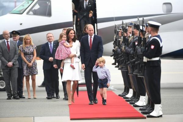 英國威廉王子與妻子凱特今(17)抵達波蘭,展開為期5天的德波外交之旅,波蘭總統以軍禮迎接。(歐新社)