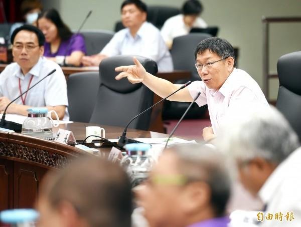 台北市長柯文哲今早回應昨日的護童專案風波,他認為,雙方會雞同鴨講,就是因為這個國家太不精確,誤會了彼此的意思。(記者方賓照攝)