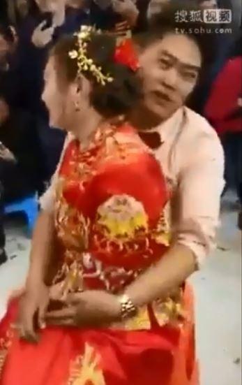 中國婚鬧超色情,新郎新娘竟當眾摸下體,讓網友看了直搖頭。(圖擷自《搜狐》)