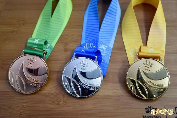 世大運因媒體手冊對台灣的稱呼問題,引發爭議。圖為世大運獎牌金牌(右起)、銀牌、銅牌。(資料照,記者簡榮豐攝)
