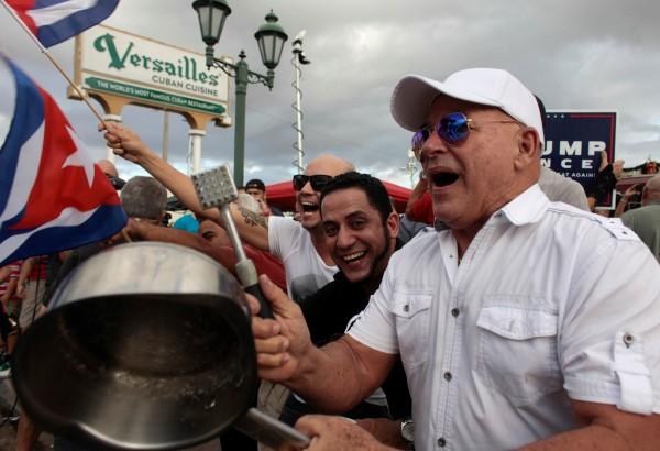 卡斯楚過世消息傳出不久後,美國邁阿密的小哈瓦那街區充滿歡呼與吶喊。(路透)