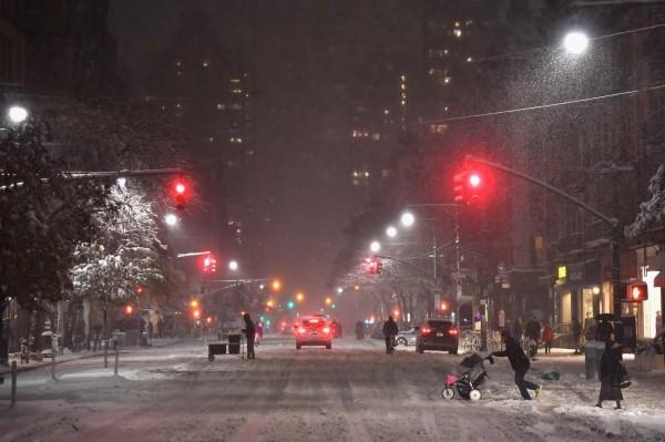 紐約市長呼籲市民,夜間出門注意避免滑倒。(法新社)