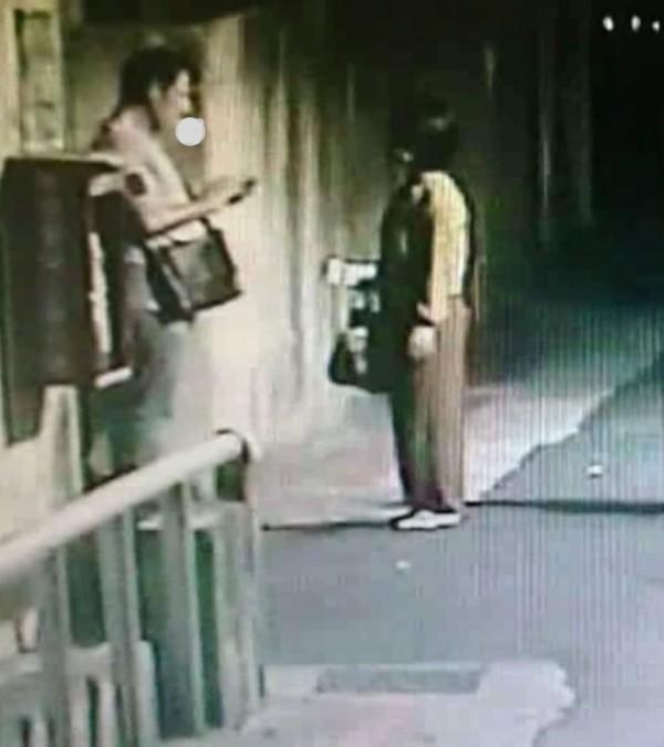 梁姓熟女發現伊朗籍男子Daniel又在搭訕台妹。(記者劉慶侯翻攝)