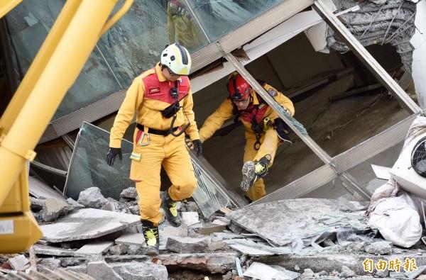 花蓮大地震造成雲翠大樓嚴重傾倒,救難人員持續在瓦礫堆中尋找生還者。(記者羅沛德攝)