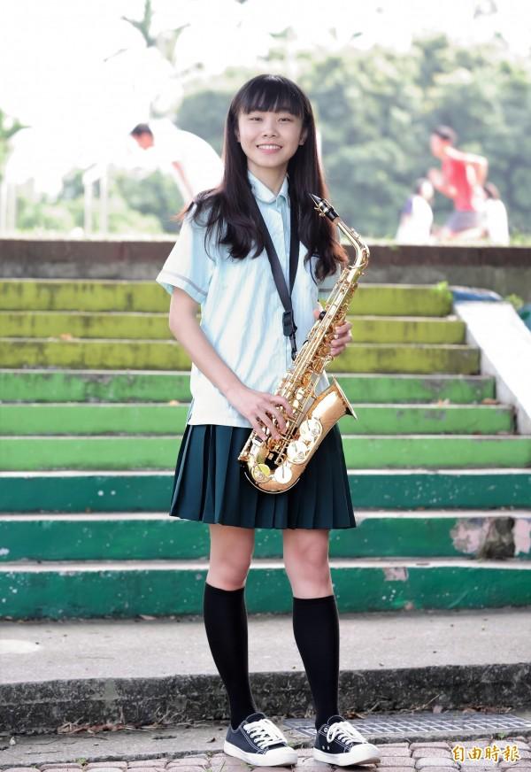 現於該校實習的竹中校友朱羽湘,穿上改款前的綠色百褶裙校服,回味當年求學時光。(記者曾迺強攝)