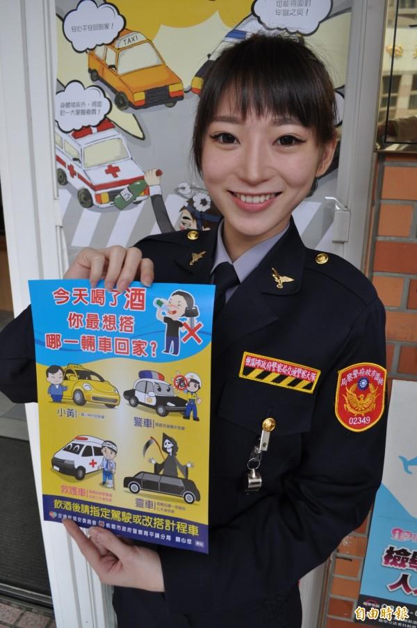 女警林筱綺到平鎮交通分隊報到,負責宣導交通安全。(記者周敏鴻攝)