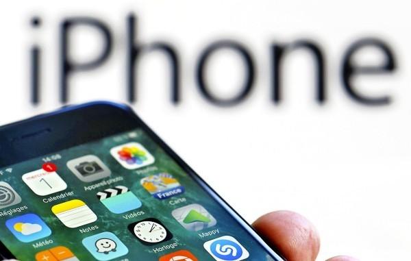 蘋果公布最新一代iphoneX,許多中國主流媒體均引述《路透》一篇報導,引發許多中國網友群起反彈。iPhone示意圖。(路透)