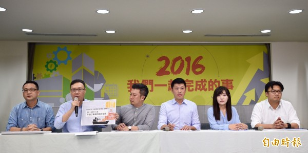 民進黨3日舉行「2016我們一起完成的事」臉書互動介面發表記者會,發言人群阮昭雄(左一)、黃適卓(左二)、王閔生(右三)、楊家俍(右一)及兩位新任發言人張志豪(左三)、吳沛憶(右二)出席。(記者羅沛德攝)