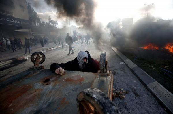 巴勒斯坦人民在拉姆安拉,與以色列軍隊發生嚴重衝突。(路透)