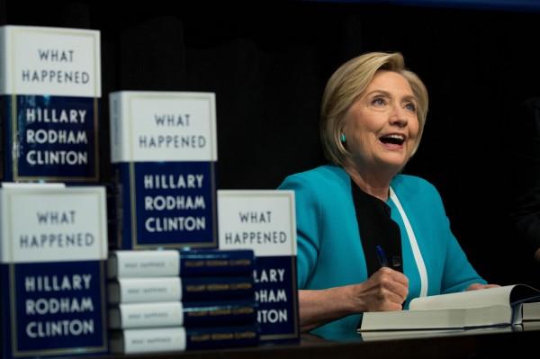 希拉蕊出書大談去年總統敗選的種種。(法新社)