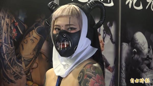 刺青Coser德德,露出刺青來跟服裝搭配,宛如整體造型的配件。(記者胡姿霞攝)