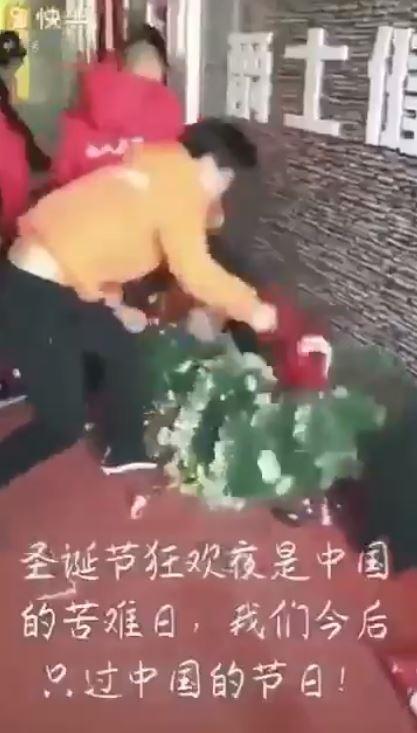 有民眾群情激憤持鐵棒猛砸店家門前的耶誕老人與耶誕樹,還一邊大喊:「中國萬歲!」(圖翻攝自影片)