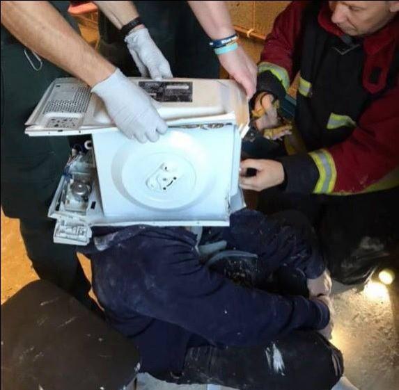 英國一名22歲YouTuber,因想拍攝自製頭模影片,竟將自己的頭放進微波爐,再請友人灌入製模用的填充膏狀物,反倒差點窒息而死。(圖翻攝自「West Midlands Fire Service」臉書粉專)