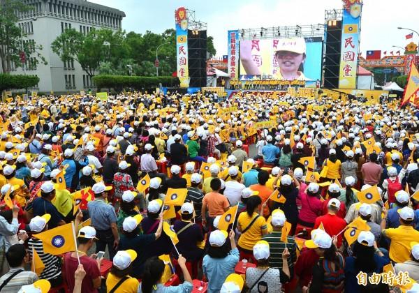 民國黨24日在凱道舉行「正義之獅救台灣」活動,號稱上萬人參加。(記者王藝菘攝)