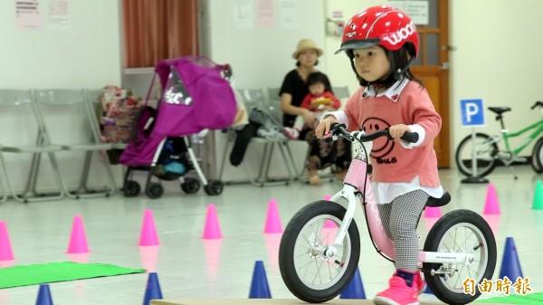 黃宥菘表示,滑步車沒有踏板也沒有輔助輪,而是要透過小孩自己的雙腳滑動,去推動滑步車的前進或轉彎。(記者陳宇睿攝)