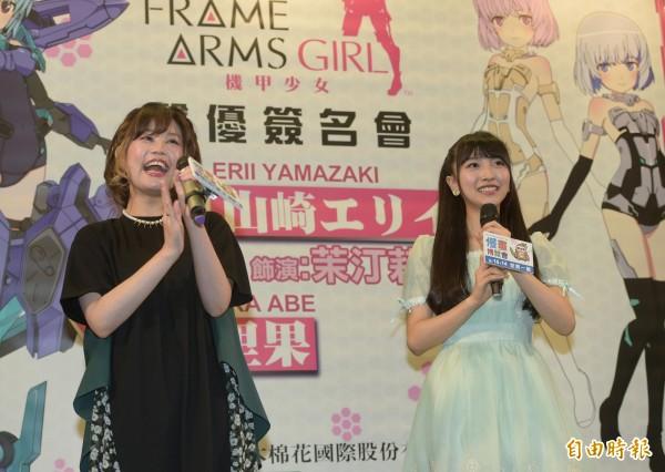 機甲少女聲優山崎惠理(右)、阿部里果(左)13日現身漫畫博覽會舉辦簽名會,與粉絲見面。(記者張嘉明攝)