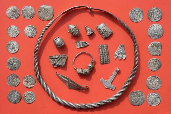 考古發現編織項鍊、珍珠、胸針、槌子、戒指和多達600枚的硬幣碎片。(法新社)
