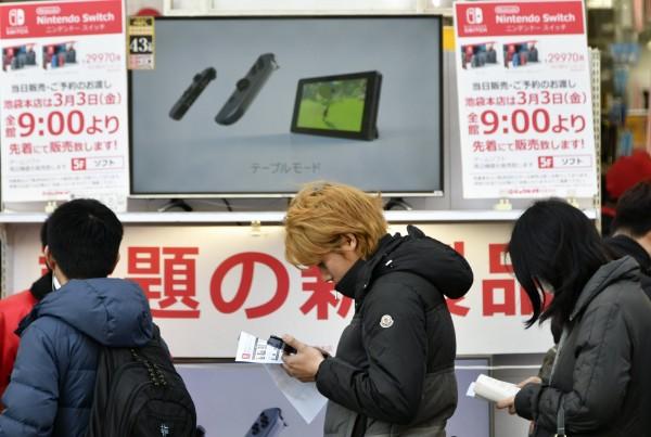 「Switch」發售首日,各地賣店都出現排隊人潮。(歐新社)
