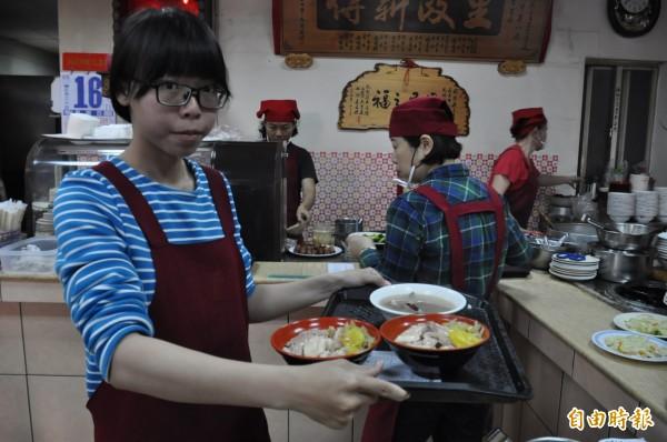 嘉義市劉里長雞肉飯經常大排長龍。(資料照,記者王善嬿攝)
