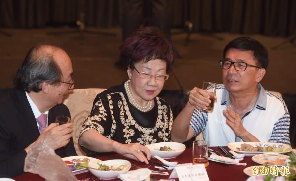 凱達格蘭基金會今晚舉行感恩募款餐會,前總統陳水扁(右)出席就坐。(記者簡榮豐攝)