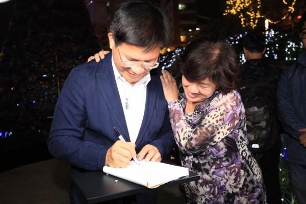 林佳龍現場辦起簽書會,讓不少民眾有機會與市長「近距離接觸」。(圖擷取自林佳龍臉書)