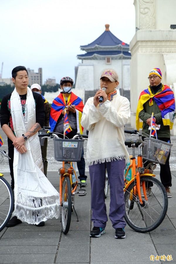 西藏青年會台灣分會代表(前左),跟大家解釋白色星期三的意涵。(記者陳炳宏攝)