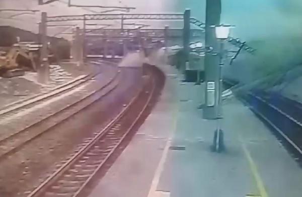 衝撞瞬間造成站體建物傾倒冒出大量煙塵。(圖擷取自影片)