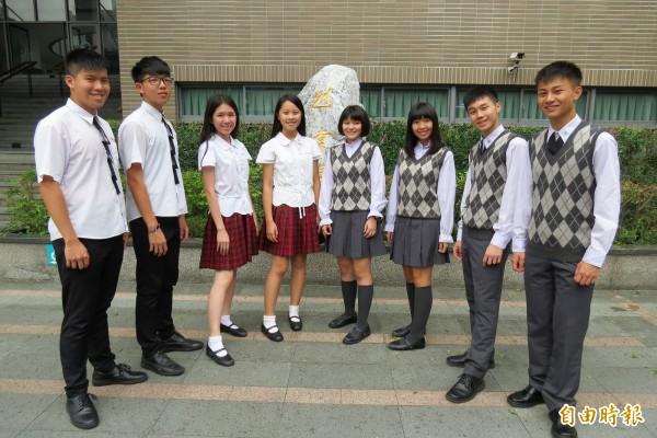 男學生說穿上英倫風制服,讓人忍不住紳士起來。(記者蘇孟娟攝)