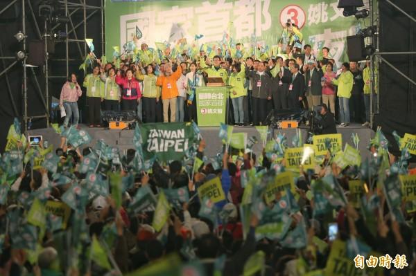 姚文智在台北市府前的選前之夜造勢活動,現場擠進4萬支持群眾。(記者簡榮豐攝)