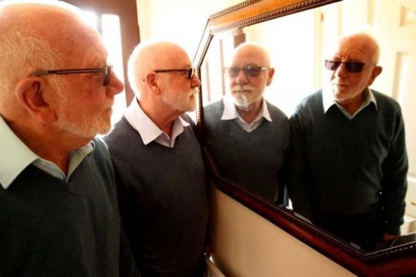理查森(圖中左二)在搬家後不時被當地居民誤認成傑米森(圖中左一),令他感到相當困惑。(圖擷取自《鏡報》)