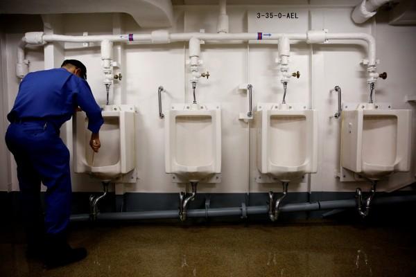 船員在清理廁所。(路透)