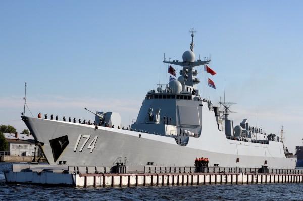 中國的合肥號飛彈驅逐艦等多艘船艦也參予了此次俄國的海軍節展示。(法新社)