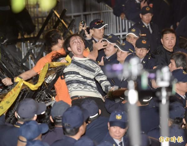數千名抗議民眾占據忠孝東西路與林森南北路口,與警方對峙中。(記者黃耀徵攝)