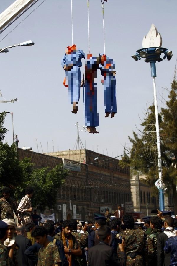 當局槍斃3人後,再用起重機將3人的屍體高掛空中。(歐新社)