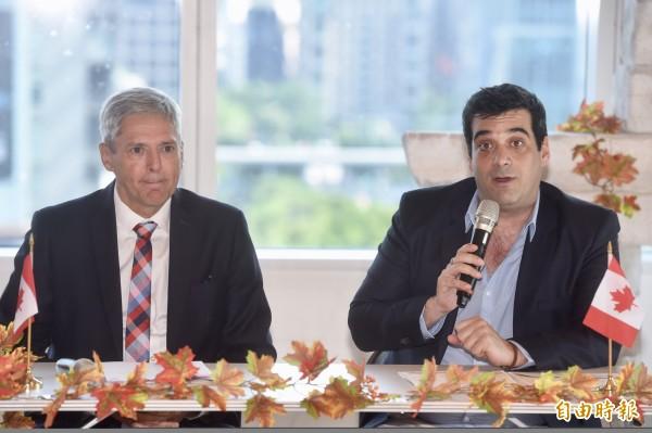 加拿大駐台北貿易辦事處7日舉行加拿大國慶節記者會,加拿大駐台北貿易辦事處代表馬禮安(左)、台灣加拿大商會理事長高克駿(右)出席致詞。(記者簡榮豐攝)