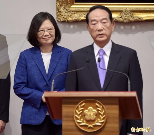 宋楚瑜下午偕同蔡英文一同出席記者會,蔡英文也宣布宋楚瑜將任亞太經濟合作會議(APEC)領袖代表。(記者黃耀徵攝)