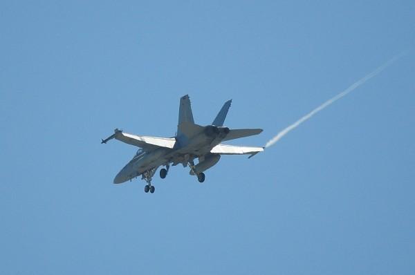 台南飛機迷拍下美國F-18戰鬥機(左機翼掛彈)飛越台南上空、降落台南機場。(資料照,記者王俊忠翻攝)