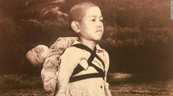 教宗方濟各在2018年一始發送了印有「長崎原爆受害兒童」照片,並在背面寫上「戰爭惡果」,警告世人戰爭帶來的傷害。(圖片擷取自英CNN網站)