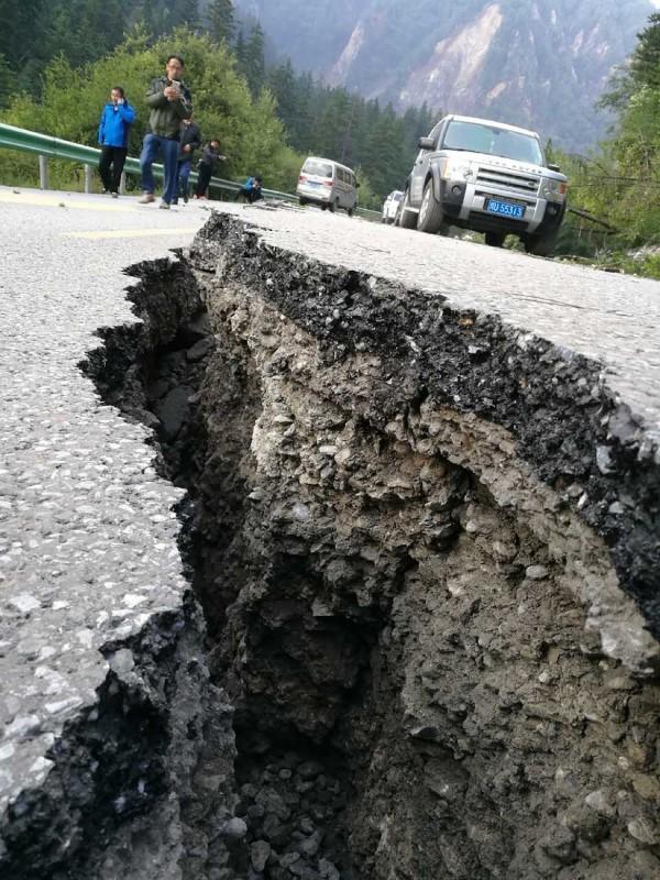 九寨溝多處景點聯外道路發生落石、崩塌等情形,造成道路中斷,搜救隊正積極救援附近居民中。(法新社)