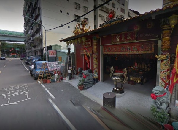 新北市三重區威天宮廟前,今日清晨6時發生砍人案。(圖擷自Google街景)