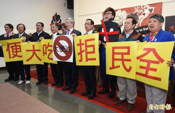 針對頂新油品案無罪宣判議題延燒,全民拒吃大便聯盟4日舉行成立大會,民間團體以表演行動劇、貼紙等方式,宣示「滅『頂』」行動。(記者廖振輝攝)