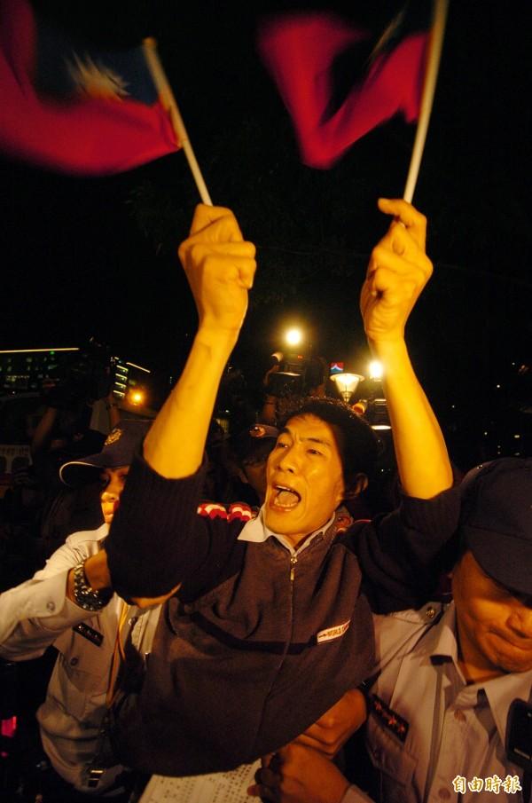 林俊憲指出,2008年時馬政府在時任中國海協會長陳雲林來台期間,暴力鎮壓拿國旗群眾。(資料照,記者簡榮豐攝)