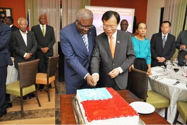 駐館何建功大使與聖多美外長今年十月才一起切蛋糕慶祝中華民國國慶。(外交部提供)