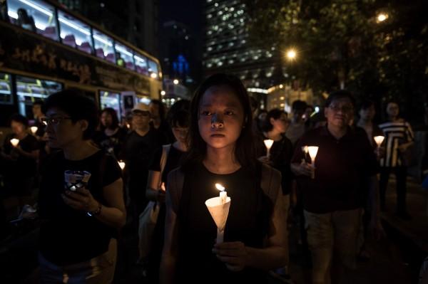 有參與遊行的民眾感嘆,擔心香港剩下的自由也會失去,也有人認為中方急著將劉曉波海葬的做法愚蠢。(法新社)