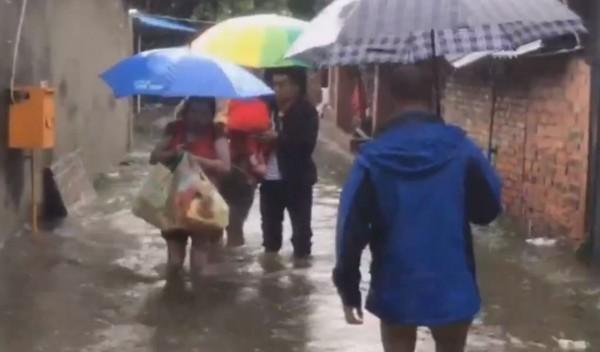 四川各地遭逢連日暴雨,綿陽發生70年來最大洪水;涪江、嘉陵江、沱江等數十條河流出現超警戒水位。(翻攝自微博)